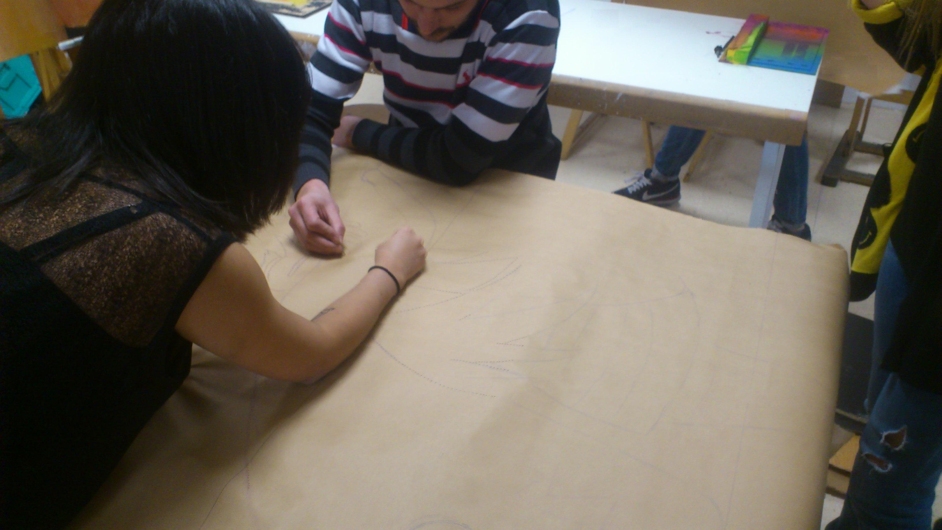 rpidamente nos pusimos manos a la obra tras hacer el dibujo en un papel grande lo perforamos con un clavo aqu fichamos a alexia de de bbaa esto ya