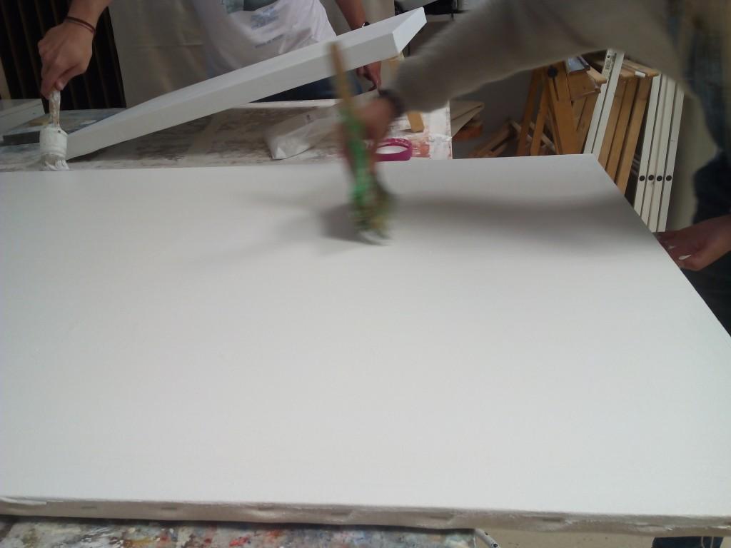 Con una palentina peinamos la superficie y damos también imprimación el los bordes.