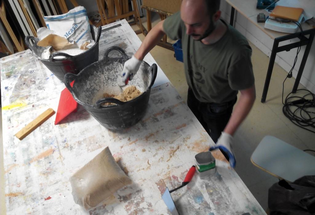 procedemos a realizar la mezcla en seco de  la arena y la cal. En este caso utilizamos un tetrabik reciclado como unidad de medida, tres vol de arena por uno de cal muerta