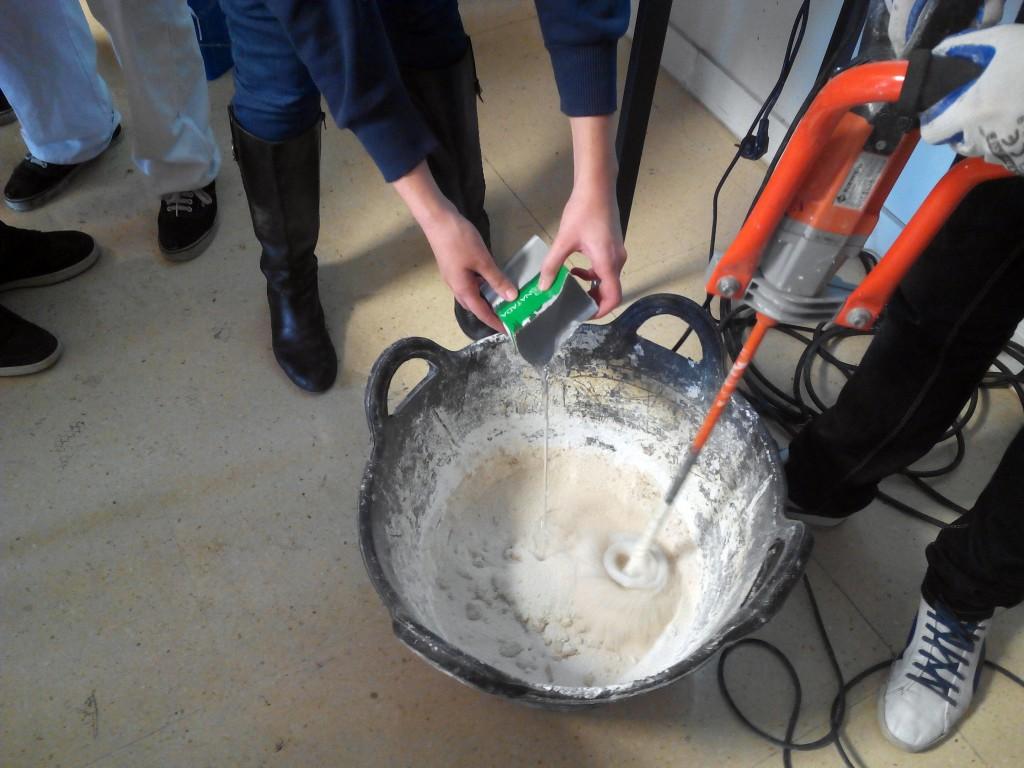 Si disponemos de una amasadora eléctrica es el momento de utilizarla, nos  será de gran ayuda, vamos añadiendo agua poco a poco, no conviene pasarse en la proporción de agua.